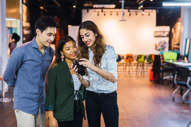 Junge asiatische Geschäftsleute Blick in die Kamera im modernen Büro — Stockfoto