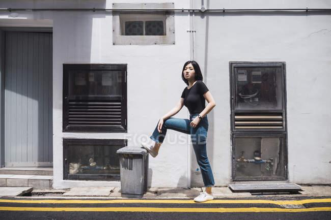Jovem atraente asiático menina posando ao ar livre — Fotografia de Stock