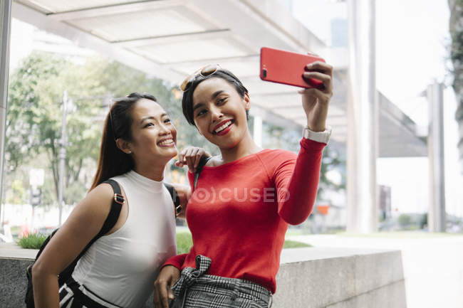 Jeunes asiatiques amies prenant selfie — Photo de stock