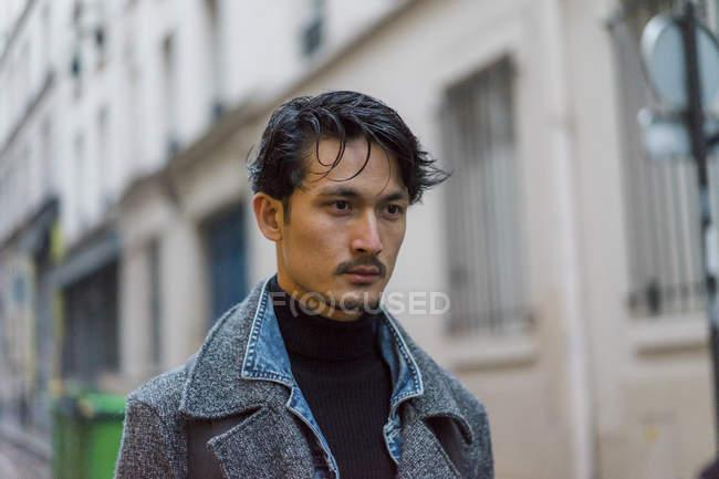 Привабливі випадковий азіатських юнак на вулиці — стокове фото