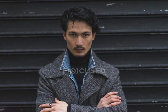 Giovane attraente casual asiatico uomo, braccia incrociate — Foto stock