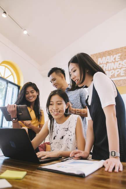 Giovani lavoratori asiatici in ufficio creativo moderno — Foto stock