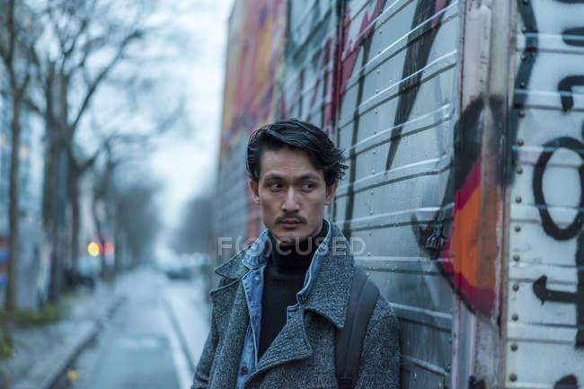 Привабливі випадковий азіатських хлопець на міській вулиці — стокове фото