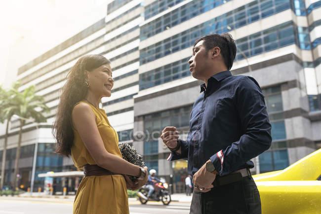 Junge asiatische Brautpaar gehen auf der Straße zusammen — Stockfoto