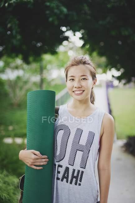 Giovane asiatico donna holding formazione mat — Foto stock
