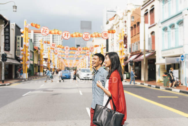 Young asian couple spending time together in city — Stock Photo