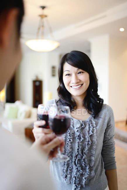 Familia asiática celebrando vacaciones de Navidad, pareja compartiendo vino - foto de stock