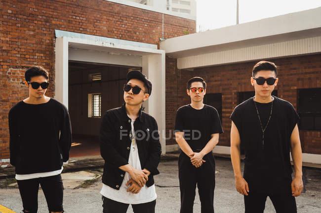Retrato de fresco jovem asiático banda de rock — Fotografia de Stock