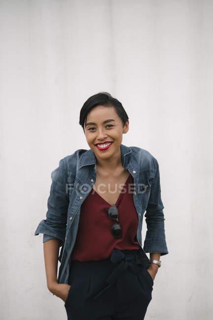 Jovem senhora malaia cingapuriana tendo uma sessão de retrato com linhas horizontais repetidas como fundo . — Fotografia de Stock