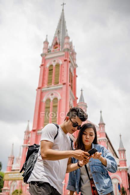 Jovem casal vietnamita na frente da Igreja Tan Dinh, Saigon . — Fotografia de Stock