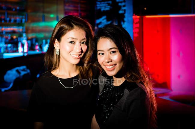 Buone amiche che si divertono una notte fuori in città . — Foto stock