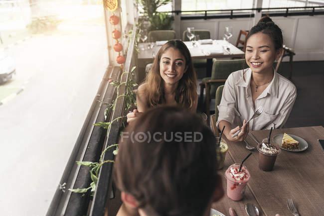 Группа друзей в ресторане, говорить — стоковое фото