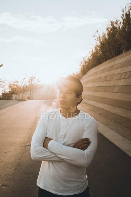 Молодые азиатские человек стоял против закат со скрещенными руками — стоковое фото