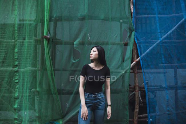 Jovem menina asiática atraente posando ao ar livre — Fotografia de Stock