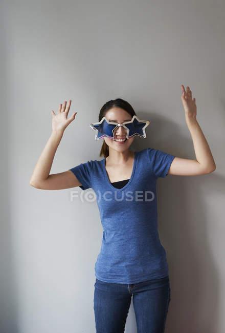 Jovem mulher se divertindo com seus óculos divertidos — Fotografia de Stock