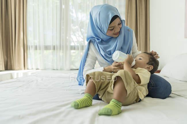 Madre che nutre suo figlio . — Foto stock