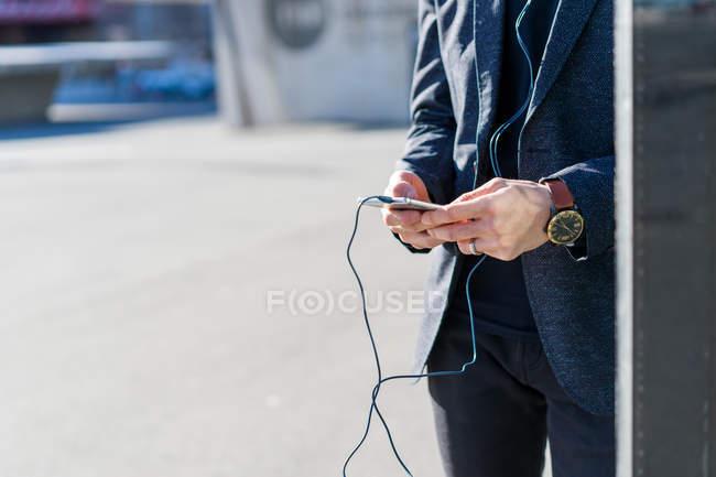 Imagem recortada de jovem asiática usando smartphone — Fotografia de Stock