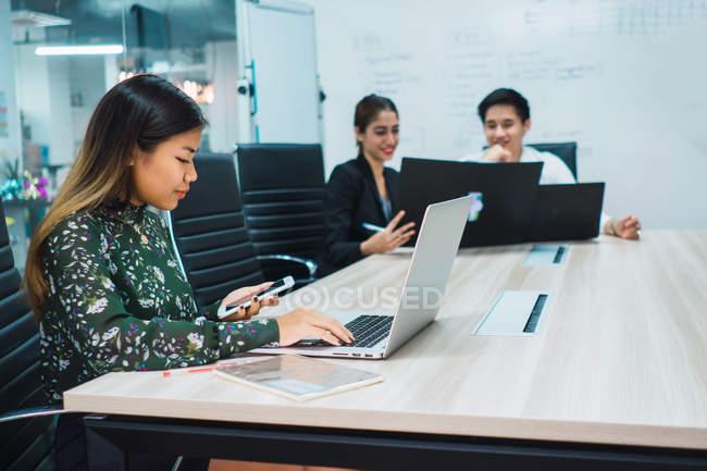 Молоді азіатські ділових людей, що працюють в сучасному офісі — стокове фото