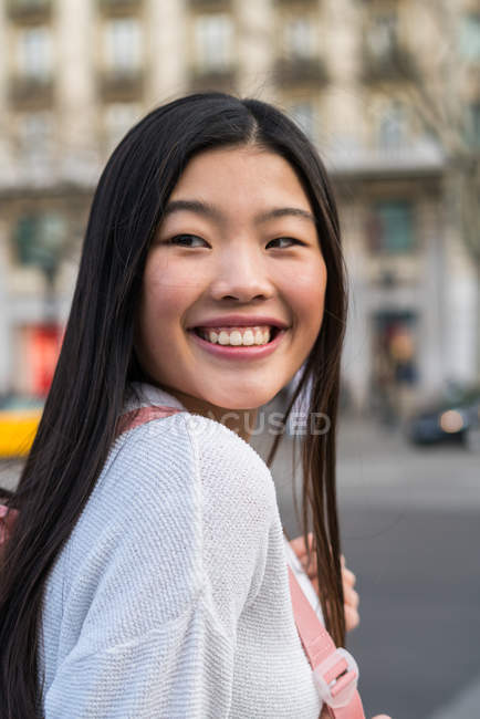 Giovane donna cinese per le strade di Barcellona — Foto stock
