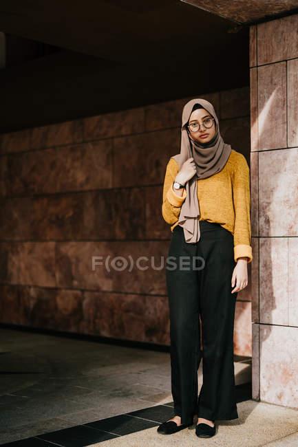 Young asian muslim woman in hijab — Stock Photo
