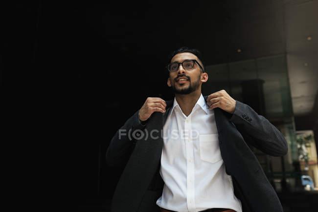 Молодой успешный бизнесмен трясущая куртка — стоковое фото