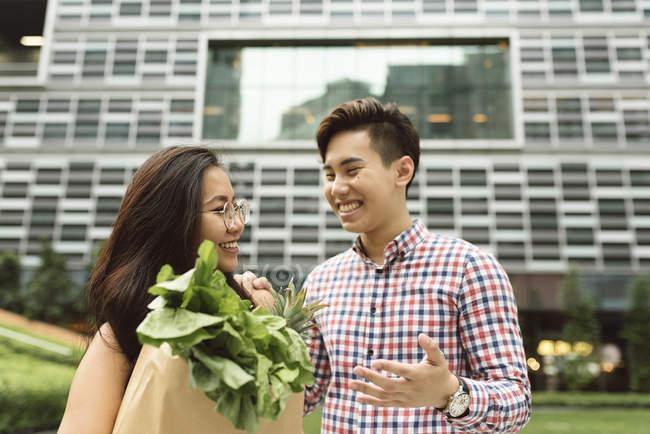 Joven pareja China en compras - foto de stock