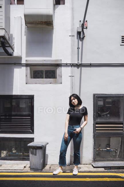 Молодая привлекательная азиатская девушка позирует на открытом воздухе — стоковое фото