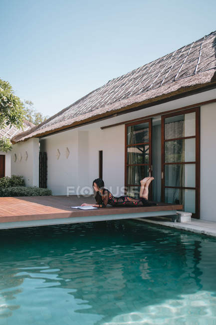 Signorina che si rilassa in una villa a Bali — Foto stock