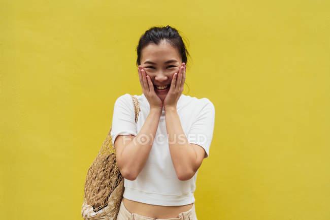 Портрет молодий привабливою азіатські жінки проти жовтому фоні — стокове фото