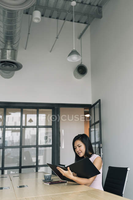 Young asian successful business woman working in modern office — Stock Photo