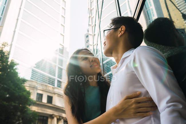 Молодые взрослые деловые пары обнимаются на открытом воздухе — стоковое фото