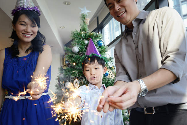Asiáticos família feriado do Natal comemorando com fogos de artifício — Fotografia de Stock