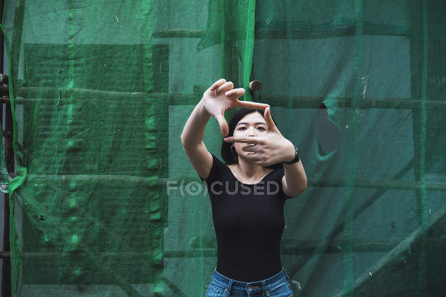 Image montrant jeune fille asiatique attrayant par les doigts à l'extérieur — Photo de stock