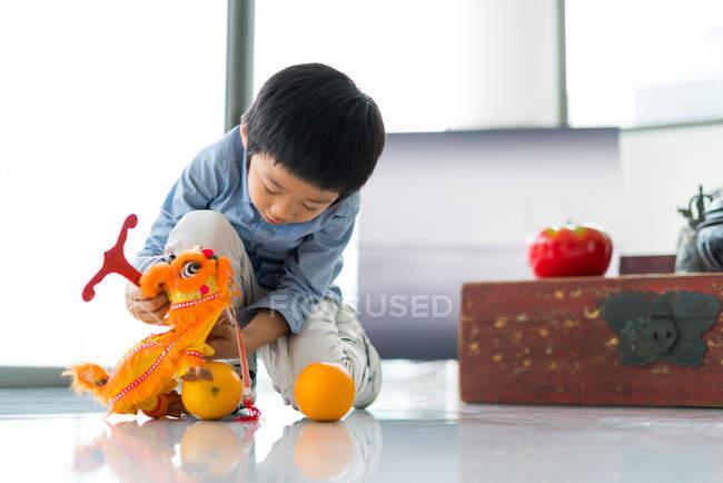 Симпатичні Азіатська хлопчик грає з іграшками — стокове фото