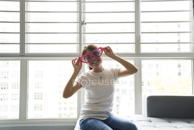 Молода жінка, весело з нею весело окуляри — стокове фото