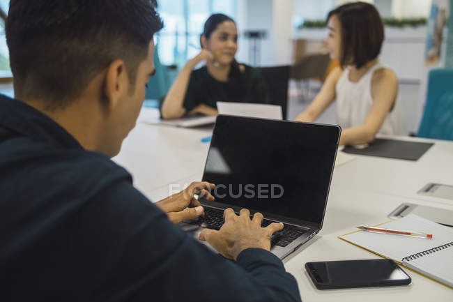 Young asian business people at work in modern office — Stock Photo