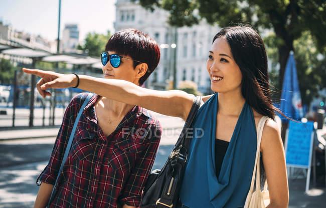 Mujeres asiáticas que caminando por el pasillo de ciudad en Madrid - foto de stock