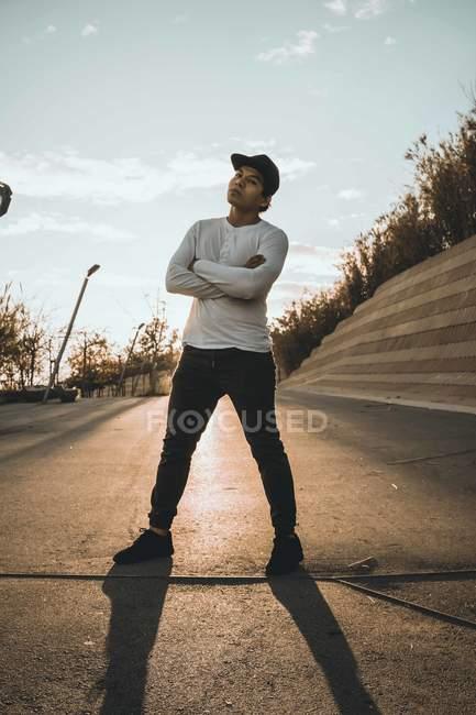 Молодые азиатские человек стоя со скрещенными руками — стоковое фото