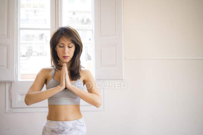 Giovane donna asiatica che fa yoga al chiuso — Foto stock