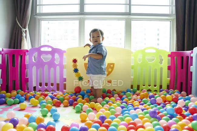 Baby веселяться роумінг навколо в пера грати — стокове фото