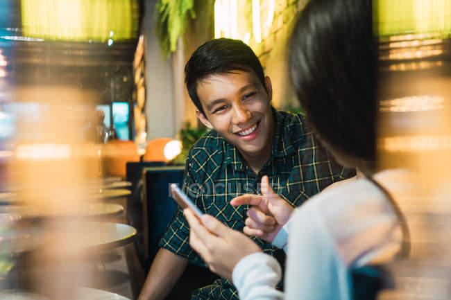 Junge asiatische Paar in komfortable bar — Stockfoto