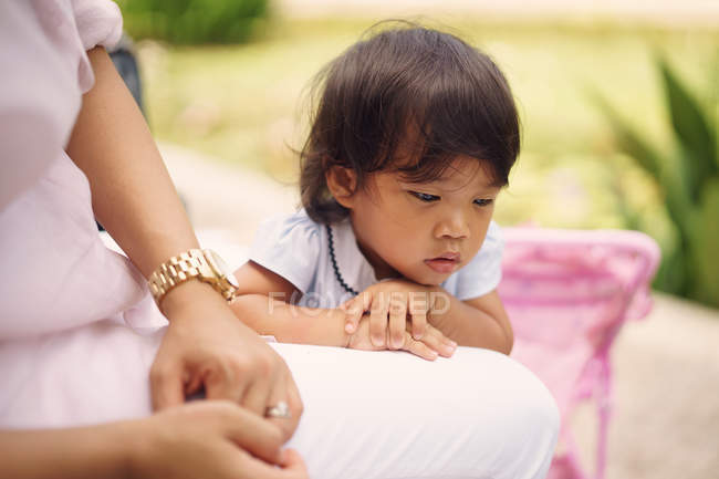 Triste asiatique mère et fille ensemble dans parc — Photo de stock