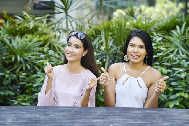 Два здивована і щаслива молодих Малайська жінок на відкритому повітрі — стокове фото