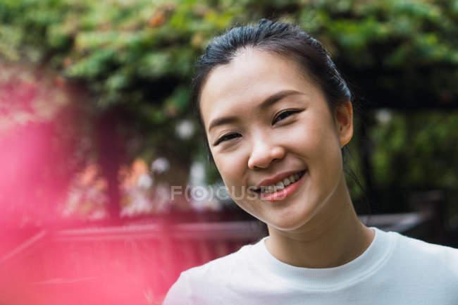 Retrato de sorrindo jovem atraente mulher asiática — Fotografia de Stock