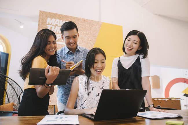 Jóvenes asiáticas que trabajan en oficina moderna creativa - foto de stock