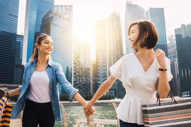 Молодые красивые азиатские женщины вместе в городе — стоковое фото