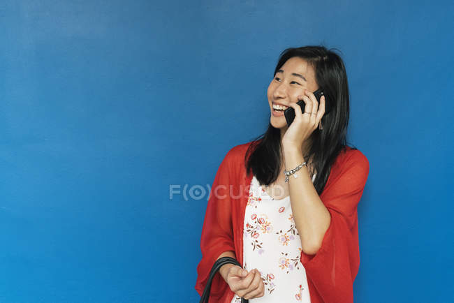 Mulher asiática com cabelo longo mulher falando por telefone — Fotografia de Stock