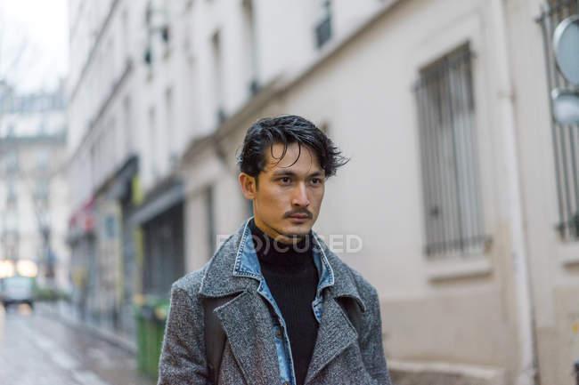 Привабливі випадковий азіатських юнак в пальто на вулиці — стокове фото