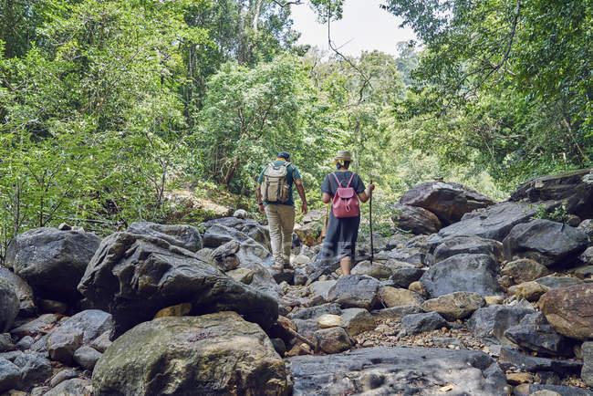 Young couple exploring Klong Plu Waterfalls in Koh Chang, Thailand — Stock Photo