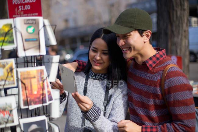 Asiatico coppia prendere un sguardo cartolina per souvenir — Foto stock